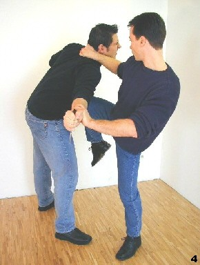 Wing Tsun-Selbstverteidigung, Abb. 4 - Kniestoß mit Genickzug